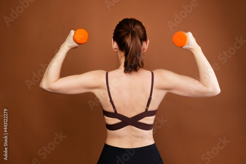 Fotomural Portrait of a woman fitness athlete with a backside