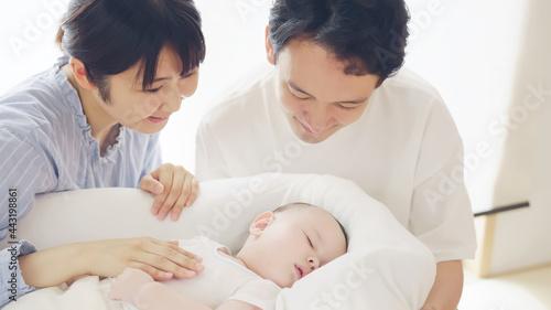 Canvas Print 眠る赤ちゃんを見守る両親