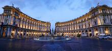ローマの共和国広場、中心にはナイアディの泉