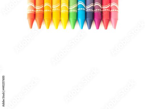 kolorowe kredki na białym tle