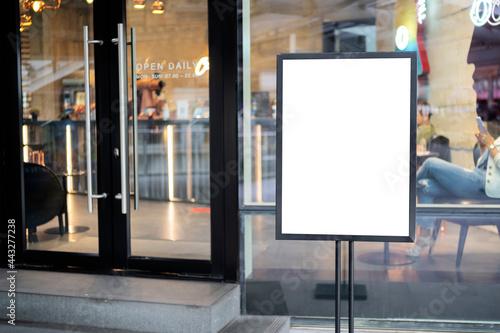 mockup white poster with black frame stand in front of blur restaurant cafe back Fototapet
