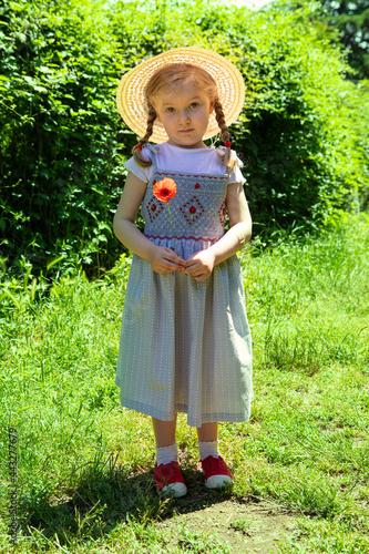 Fotografija bambina, cappello di paglia , bebè, erba, bambina svedese , bionda , papavero ,