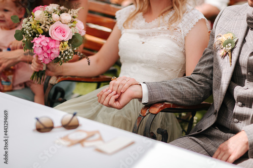 Bride and groom holding hands close up Fototapet