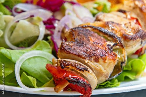 Slika na platnu brochette de poulet grillé en gros plan