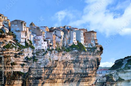 Fotografiet Ville de Bonifacio, maisons en bordure de falaise. Corse-du-Sud