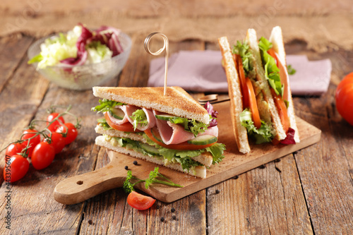 Foto sandwich club with ham,  cheese and vegetables