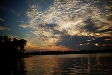 Zachód Słońca Nad Jeziorem Chmury I Kolory