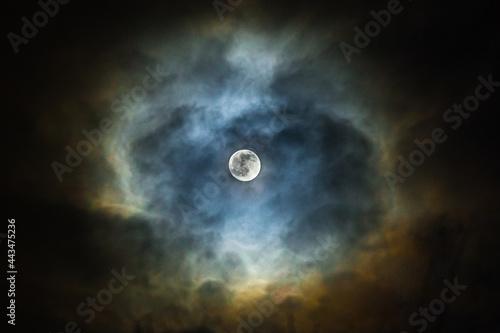 Fototapeta Księżyc w kolorowych chmurach.
