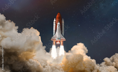 Fotografia Space shuttle launch in the clouds to outer space