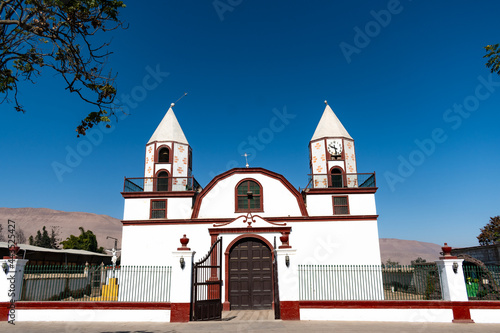 Fotografering Iglesia de un pueblo alejado de la ciudad.