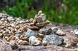 Steine in Balance - Pyramidenförmiger Steinhaufen