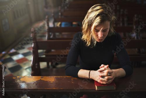 Canvas Print Woman praying in the church