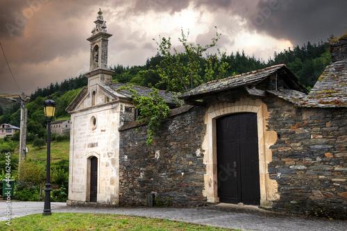 Pesoz, un pueblo turístico y típico del occidente de Asturias Fototapet