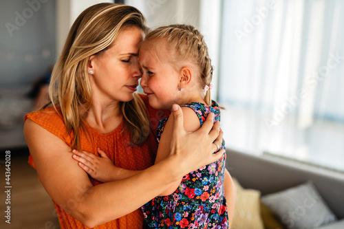 Billede på lærred Mother comforting her crying little girl