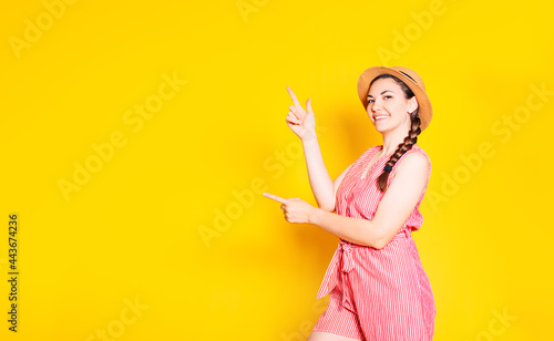 Photo A photo of a happy young woman standing isolated against a yellow wall