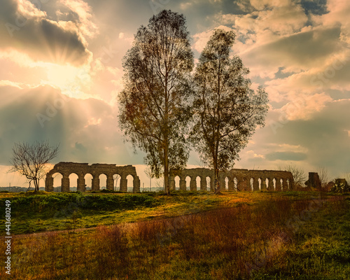 Foto Roman aqueduct sunset landscape in Rome
