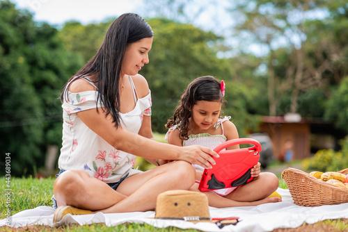 Fotografija Madre e hija en un día de campo jugando con una tablet digital