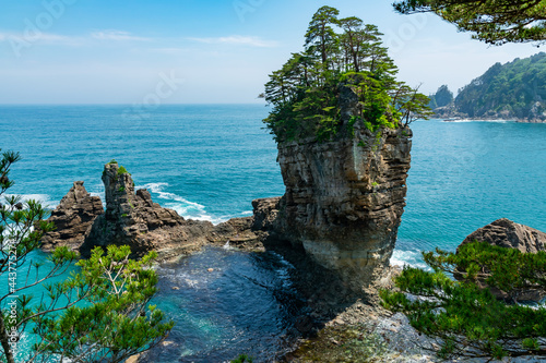 Foto 【岩手県宮古市】高さ50mの男岩を中心に女岩、太鼓岩からなる奇岩三王岩は風と波が作った芸術品