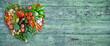 Banner gesundes Gemüse auf retro, vintage Grube Holzhintergrund mit verwitterter Farbe