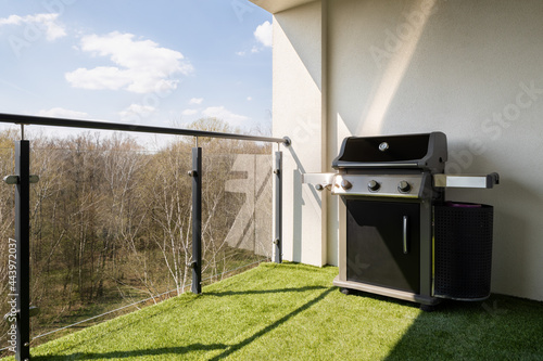 Foto New gas grill on spacious terrace