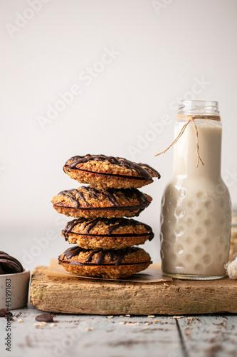 Valokuva Biscuits avoine double chocolat fait maison et lait
