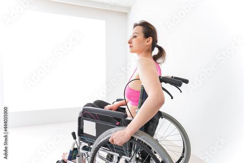 Slika na platnu スポーツウェアを着て車椅子に乗る外国人の女性