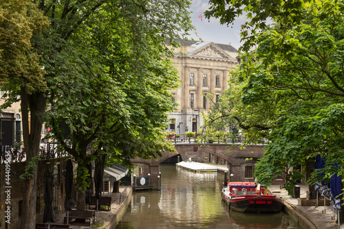 Fotografie, Obraz The Oudegracht in the old center of Utrecht with the city hall in the background