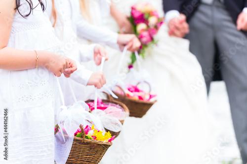 bride and groom holding wedding bouquet Fototapet