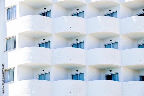 Fotografia Full Frame Shot Of White Hotel Apartments With Balkony