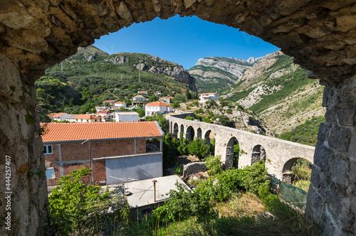 Fotografia View of the aqueduct in Stari Bar