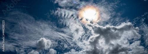 anneau solaire dans le ciel bleu très nuageux