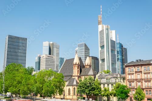 Nowoczesna metropolia, wysokie wieżowce we Frankfurcie.