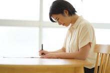筆ペンの練習をする女性