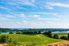 Hügelige Landschaft In Der Holsteinischen Schweiz, Im Hintergrond Die Seeenplaate Um Die Kreisstadt Plön Und Das Plöner Schloß