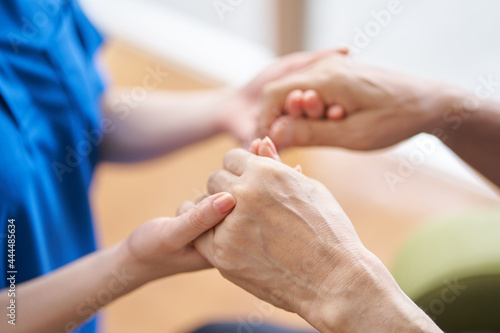 Fotografie, Obraz 介護士と高齢者の手元