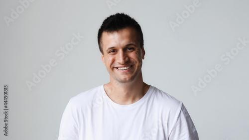 Fotografía Portrait of handsome happy caucasian man, smiling friendly looking at the camera