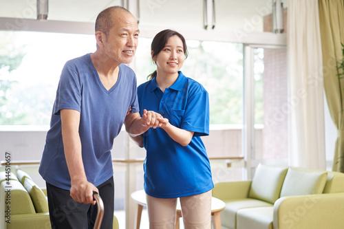 Fotografia 高齢者の歩行介助をする介護士