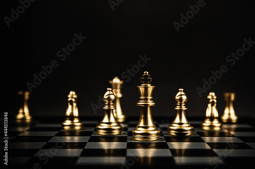 Foto King and bishop and knight chess standing teamwork on chess board concepts of business team and leadership strategy and organization risk management