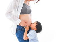 妊婦のお母さんと男の子