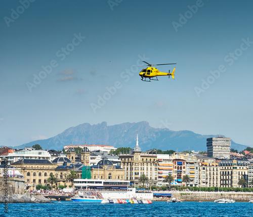 Fotografia Helicóptero por la bahía de la concha de San Sebastian