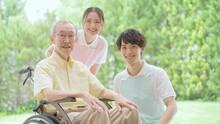 車椅子に乗った高齢者と介護士