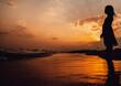 Kleines Mädchen am grossen Strand im Sonnenuntergang in mitten der Türkei