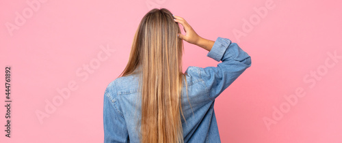 Fotografia blonde pretty woman feeling clueless and confused, thinking a solution, with han