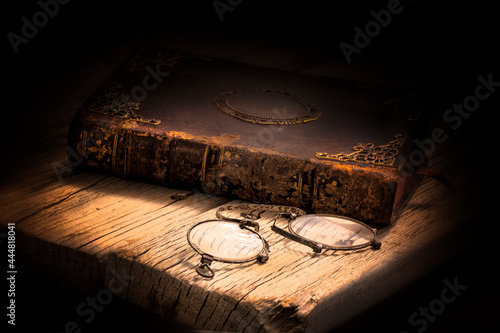 Fotografie, Tablou Imagen de un libro antiguo cerrado y con adornos metálicos en la portada