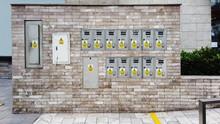 Panel De Interruptores De Energía Eléctrica Con Puerta Cerrada. Caja De Fusibles.