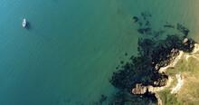 Una Barca A Vela Ormeggiata Nella Pace Della Riserva Naturale Di Punta Aderci, In Abruzzo. Vista Aera Col Drone