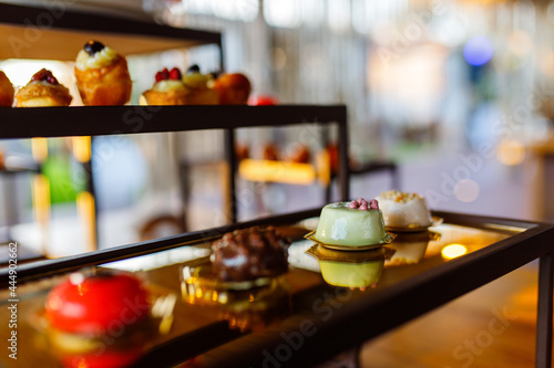 Piccola pasticceria preparata per un buffet di dolci di un matrimonio