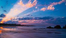 Wenn Die Sonnenstrahlen Am Morgen Früh Durch Die Wolken Scheinen Vor Einer Herrlichen Kulisse Am Meer