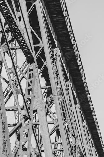 Foto Grayscale shot of a Trestle bridge in the daylight