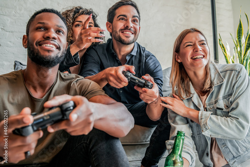 Foto Group of friends playing video games together.